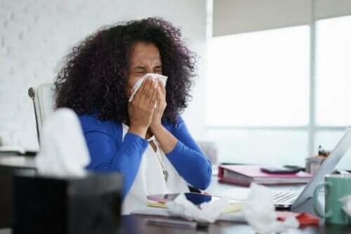 Vrouw niest in een zakdoek