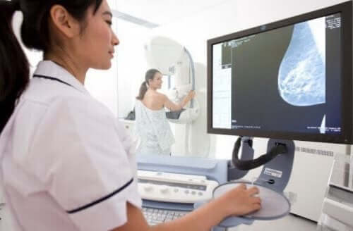 Technicus bekijkt mammogram