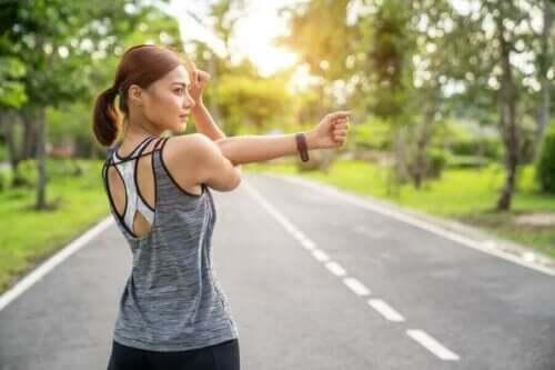 Vrouw aan het strekken na het sporten