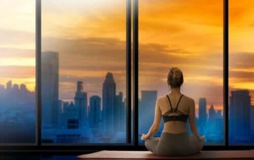Yoga beoefenen bij de skyline van een stad