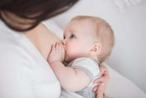 Baby krijgt borstvoeding