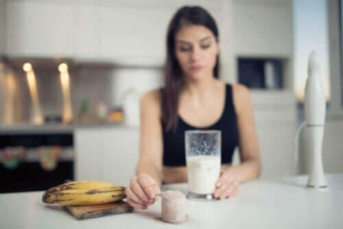 Vrouw met een banaan en een shake