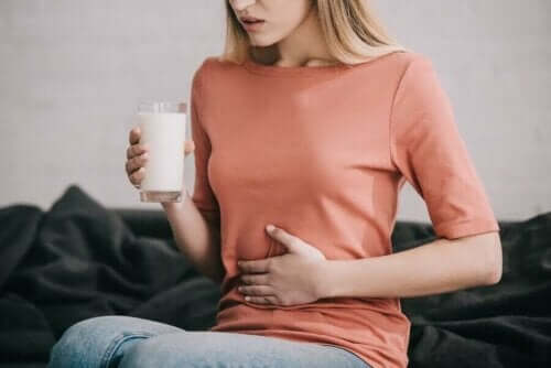 Vrouw krijgt buikpijn van melk