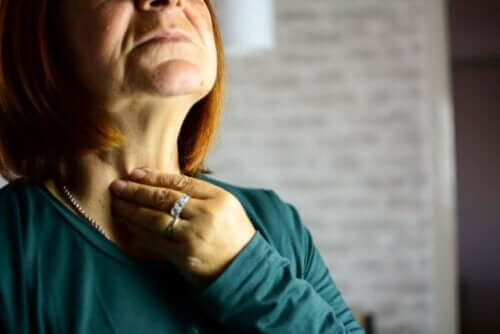 Vrouw met laryngitis