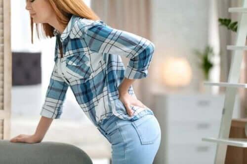 Vrouw houdt pijnlijke rug vast