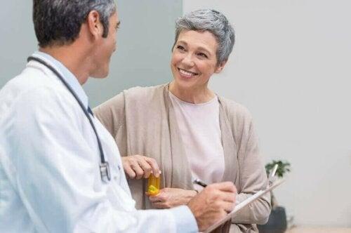 Een vrouw raadpleegt een arts