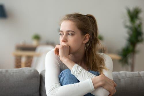 Een vrouw kijkt verdrietig