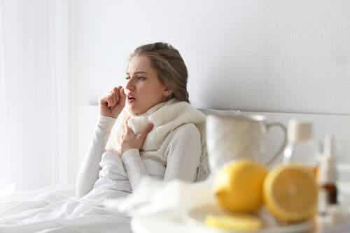 De hoest die wordt geassocieerd met verkoudheid