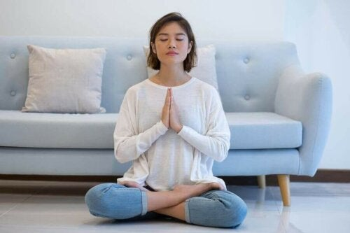 Een vrouw mediteert