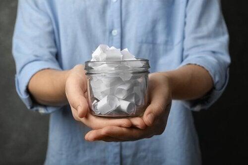 Een pot gevuld met witte briefjes