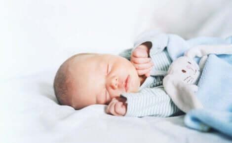 Een baby slaapt