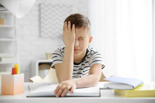 Een kind met hoofdpijn