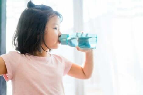 Een meisje drinkt water