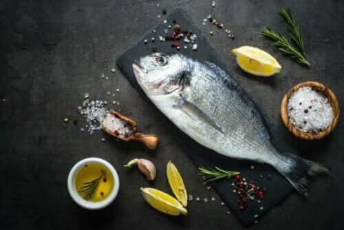 Een vis op een bord