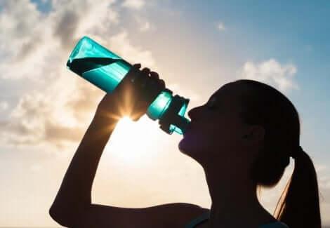Een vrouw die gehydrateerd blijft