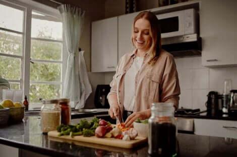 Een vrouw die het diner voorbereidt