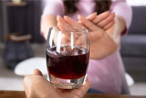 Een vrouw die nee zegt tegen alcohol