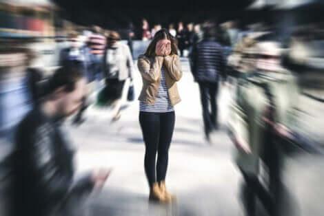 Een vrouw met een paniekaanval