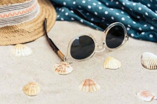 Een zonnebril op het strand