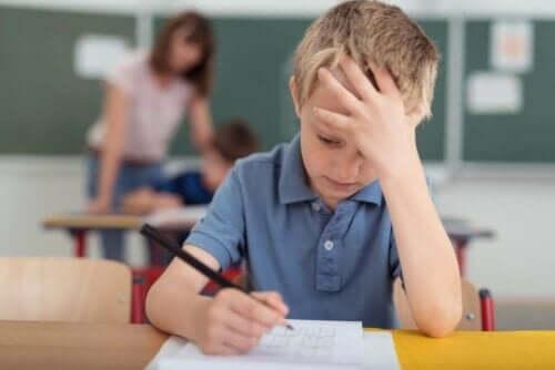 Jongen kan zich door migraine niet concentreren