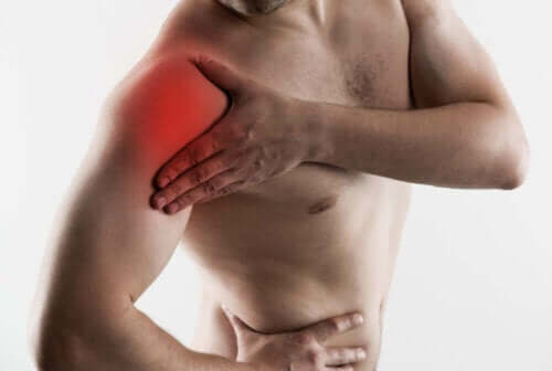 Man met een pijnlijke schouder