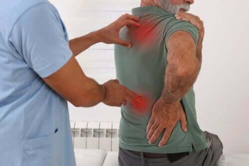 Man met lichamelijke pijn