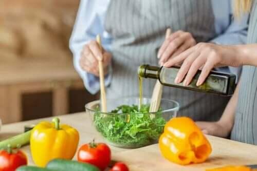 Mensen maken een salade