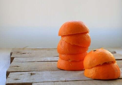Stapel sinaasappelschillen
