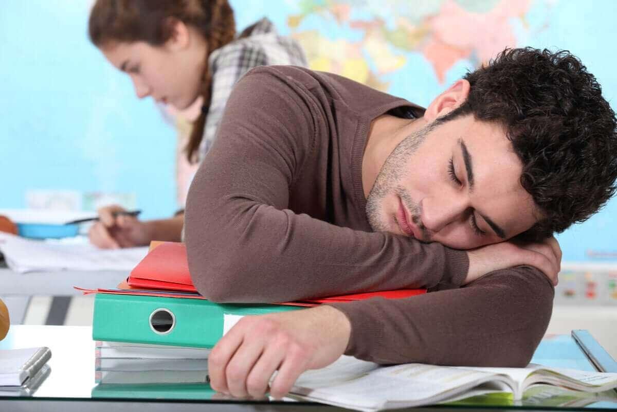 Man is tijdens studeren in slaap gevallen