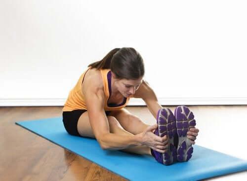 Vrouw doet een yogapose