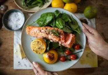 Vroeg dineren om af te vallen en diabetes te voorkomen
