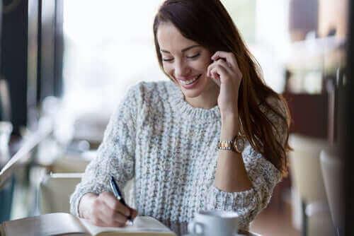 Vrouw zit te schrijven
