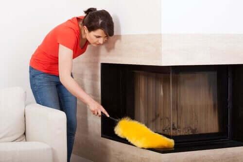 Vrouw doet huishoudelijke taak