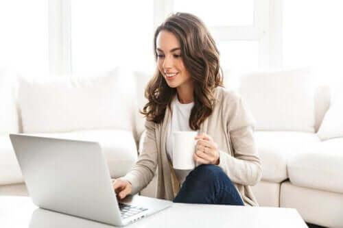 Vrouw shopt online
