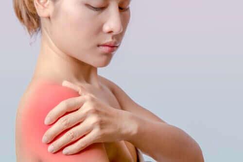 Vrouw met een zere schouder