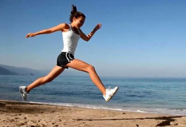 Vrouw sport op het strand