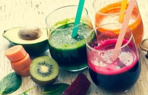 Glazen met verschillende vruchtensappen