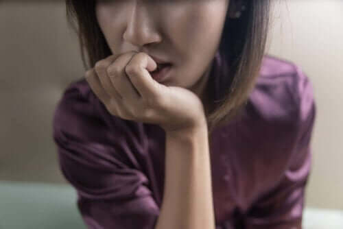 Een vrouw bijt op haar nagels