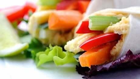 Wraos met groenten en fruit erin