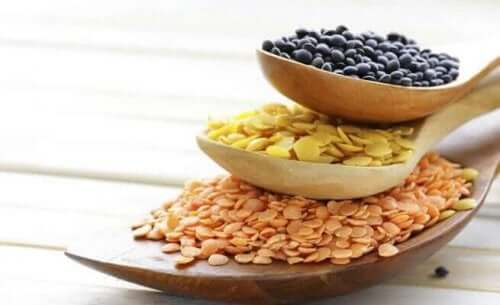 Lepels gevuld met granen en zaden