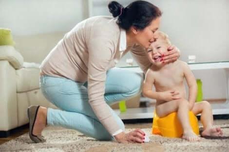 Een moeder geeft haar kind een kus
