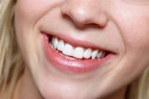 Een vrouw met een stralende glimlach