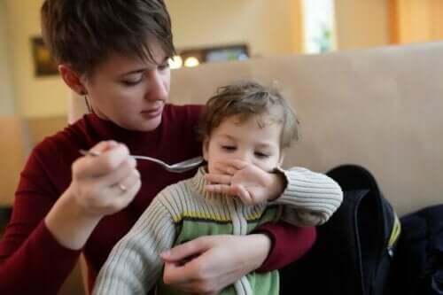 Een moeder probeert haar kind te voeren