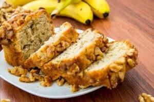 Plakken zelfgemaakt bananenbrood