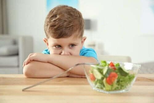 Een kind dat weigert een salade te eten