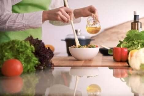 Een gezonde salade maken