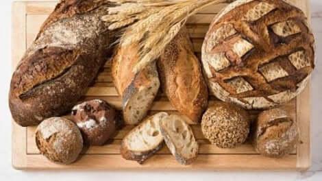 Verschillende soorten brood op een plankje