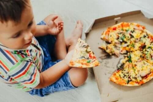 Een kind dat pizza eet