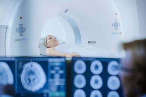 Een vrouw die een MRI ondergaat