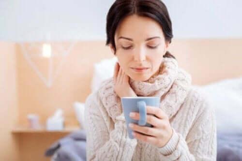 Een vrouw die thee van venkelzaden drinkt